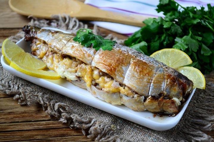 Скумбрия, запеченная в духовке с сыром и орехами — вкуснейшее горячее блюдо с румяной корочкой
