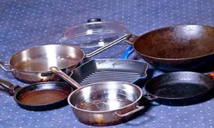 Чистим сковородки до блеска простым домашним раствором