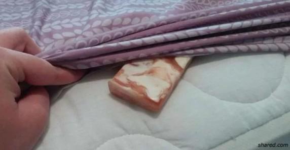 Засуньте кусок мыла под простынь. Зачем? На утро поймёте!