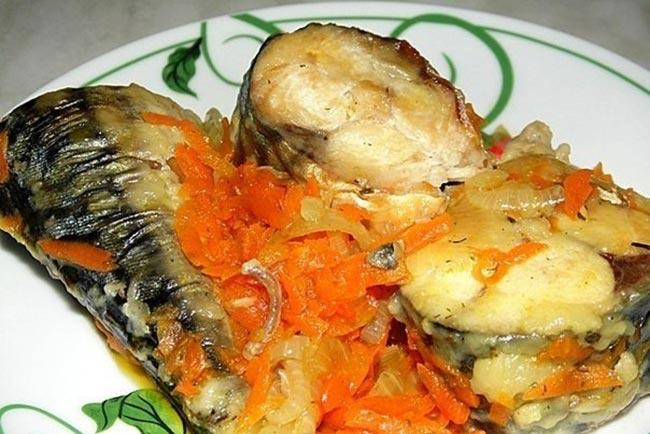 Очень вкусная рыбка скумбрия, тушеная с луком и морковью