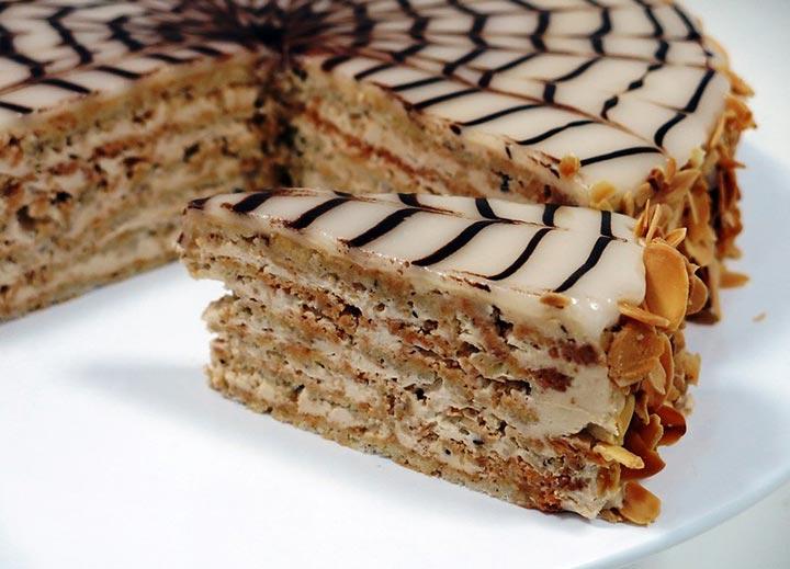 Торт Эстерхази — лакомство, которое просто тает во рту и отличается от других тортов своим необыкновенным сетчатым рисунком.