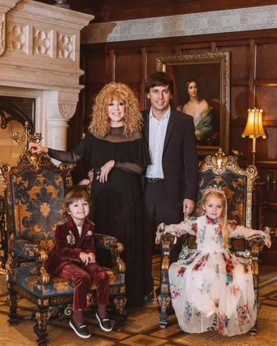 Домашнее фото постройневшей Пугачевой с детьми поразило фанатов до глубины души