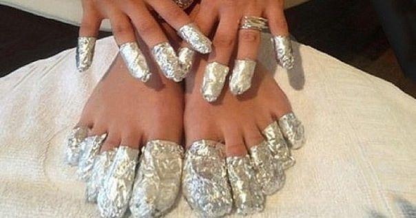 Оберните ступни в алюминиевую фольгу и оставьте на час. Результат вам понравиться!