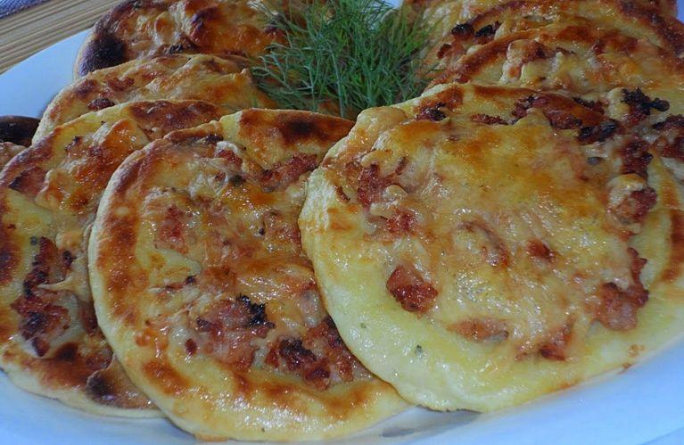 Картофельные ватрушки с курицей и сыром - замечательная простая закуска!