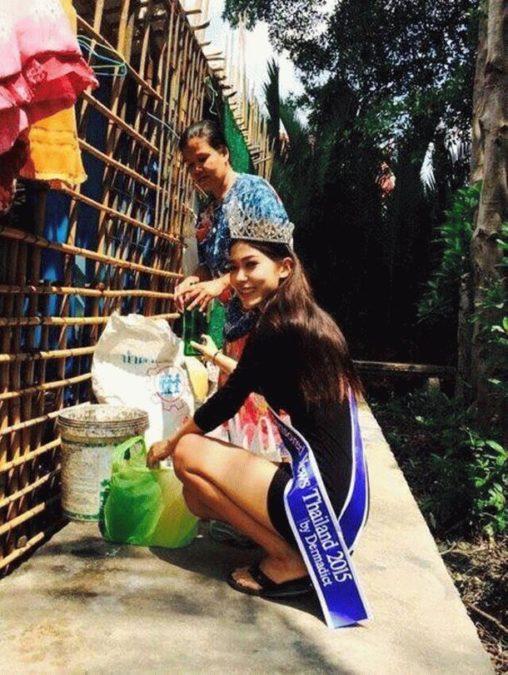 Королева красоты стала на колени перед матерью, работающей мусорщицей