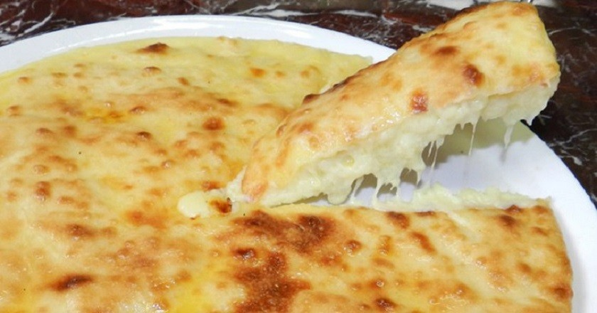 Невероятно вкусный пирог с творогом и сыром на сковороде