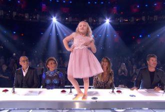 Малышка поразила всех танцем на судейском столе. Но дождитесь выхода ее партнера!