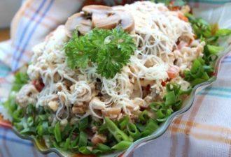 Салат «Алекс» с курицей и шампиньонами — простой в приготовлении, но невероятно вкусный