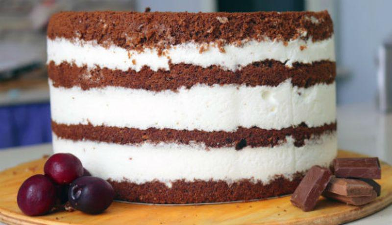 Очень вкусный шоколадный торт с йогуртовым кремом. Необычайно нежный десерт!
