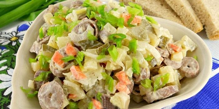 Шедевральный бюджетный салатик с куриными сердечками