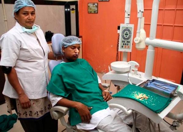 Мужчину мучила сильная боль в деснах. Обратившись в больницу, команда дантистов извлекла из его рта 232 зуба!