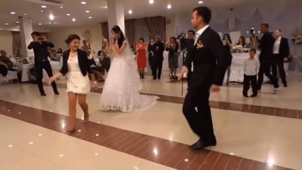 Этим танцем девушка затмила невесту и всех остальных приглашенных! Вау!