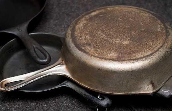 Не вздумайте выбрасывать старую сковороду! Это видео поможет быстро её отчистить