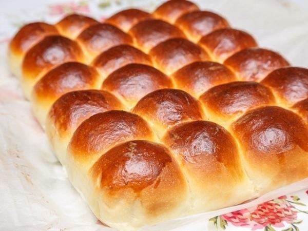 Затем поднявшиеся булочки смажьте взбитым яйцом и отправьте в духовку.