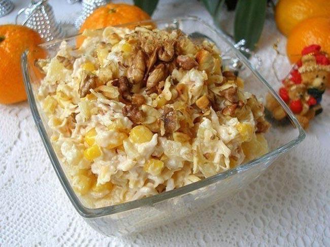 Лёгкий и нежный куриный салат с ананасом и сыром к праздничному столу