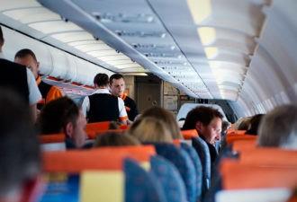 Стюардесса увидела надпись «Помогите» в уборной самолёта и тут же вызвала полицию