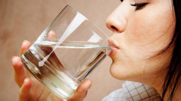 Почему всем нужно пить теплую воду натощак каждое утро