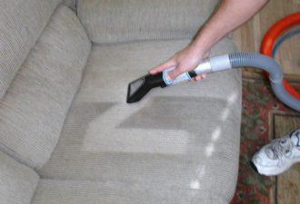 Как помыть мягкую мебель с помощью минералки