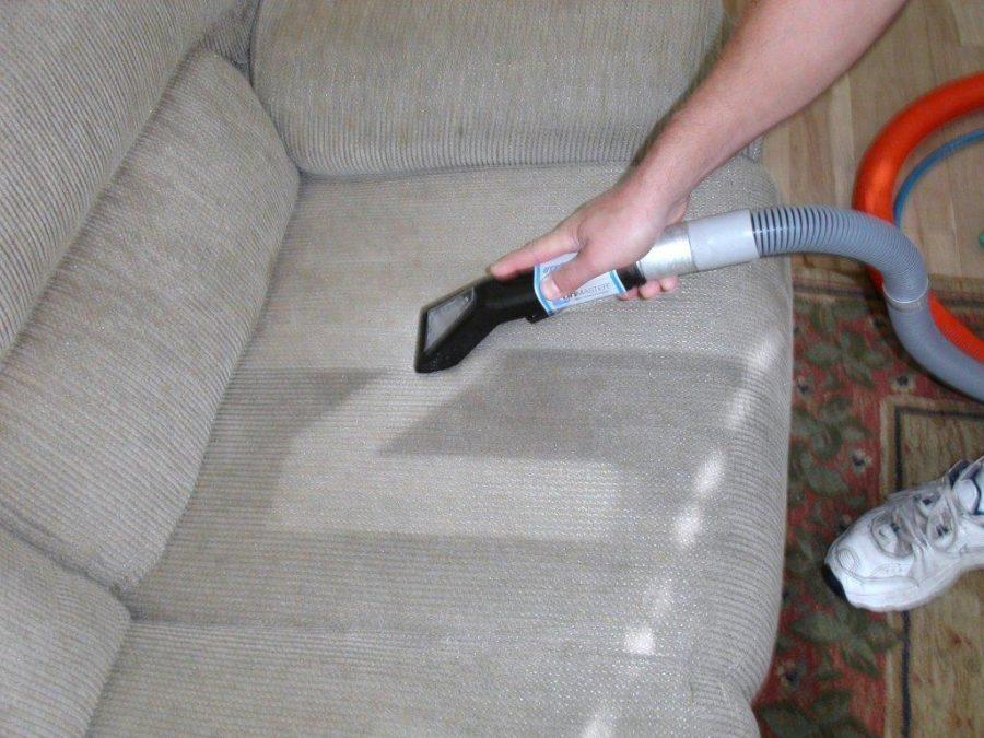 Как отмыть любую мягкую мебель с помощью минералки