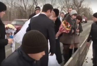 Невеста бросила букет в реку. Через секунду гости кричали от ужаса, увидев ЭТО!