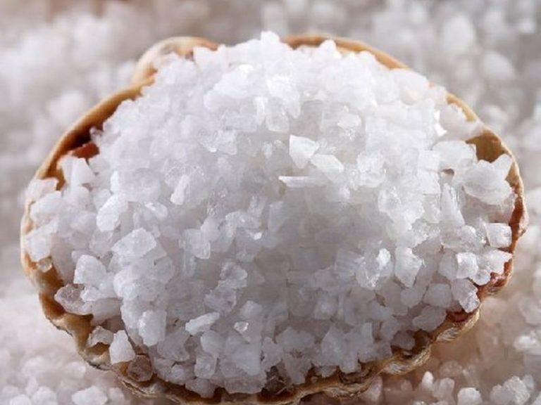 Как добавление соли в шампунь решает проблему жирных волос и ещё несколько хитрых применений