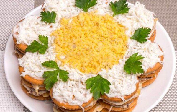 Закусочный торт-салат из крекеров. Просто, вкусно и красиво!
