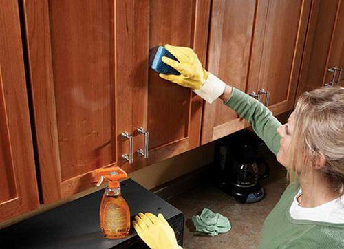 5 простых и быстрых способов очистить кухонные шкафчики от жирного налета