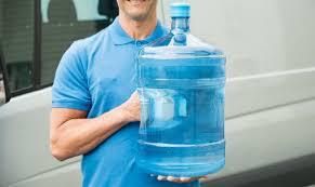 Он начал ежедневно выпивать 1 галлон воды на протяжении 30 дней: невероятные результаты!