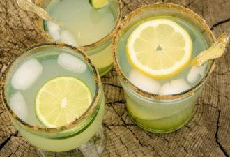 Почему пить воду с лимоном опасно для здоровья: медики объяснили