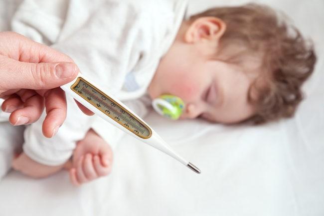 Если у ребёнка температура. Вот 5 главных правил, что нужно делать и что нельзя