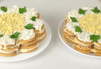 Закусочный торт-салат из крекеров. Готовится он очень быстро!