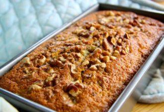 Хотите сладенького, но соблюдаете пост? Всего 10 минут уйдут на приготовление простого и вкусного кекса с орехами и бананами!