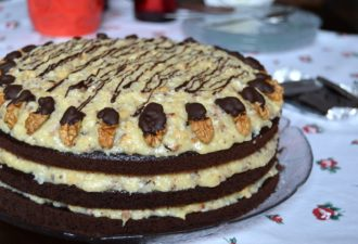 Немецкий торт — вкуснейшее лакомство с потрясающе нежным кремом. Очень вкусно и просто в приготовлении!
