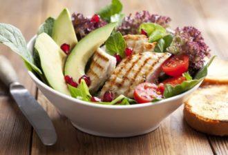 Красиво, полезно, вкусно: 6 белковых салатиков для исключительно правильного ужина