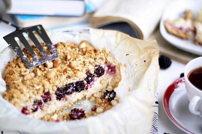 Овсяный пирог с бананами и ягодами - полезный низкокалорийный завтрак