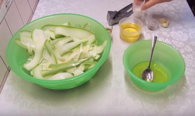Маринованные кабачки по особенному рецепту - очень лёгкая и вкусная закуска!