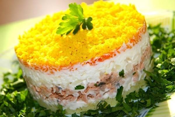 Классический рецепт салата мимоза с сайрой. Не подвёл ни разу!
