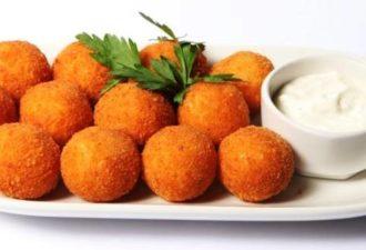 Картофельные шарики во фритюре с сыром и беконом для праздничного стола