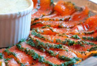 Домашний гравлакс (засоленный лосось) с соусом из укропа и горчицы