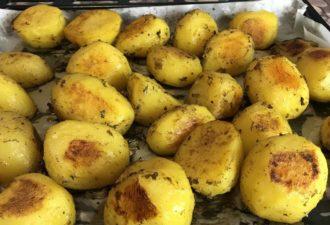 Секреты приготовления золотистого картофеля в духовке. Хрустящая корочка снаружи и мягкий внутри