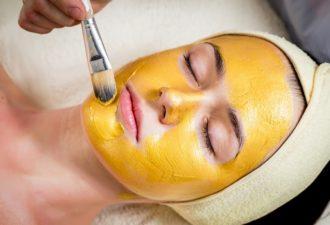 Как самостоятельно приготовить золотую маску, которая из 50-летней сделает вас 35-летнюю